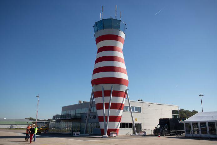 De verhoogde verkeerstoren van Lelystad Airport.