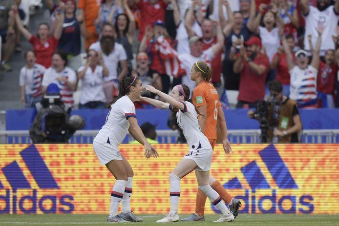 Rose Lavelle springt in de armen van Alex Morgan na de 2-0.