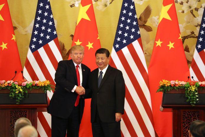 President Donald Trump en president Xi Jinping schudden elkaar eerder nog de hand.