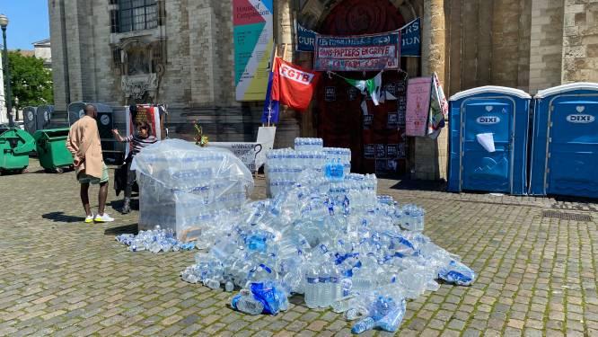 """Tientallen hongerstakers starten met dorststaking, 1 sans-papier afgevoerd met nierfalen: """"Binnen 24 à 48 uur vallen er slachtoffers"""""""