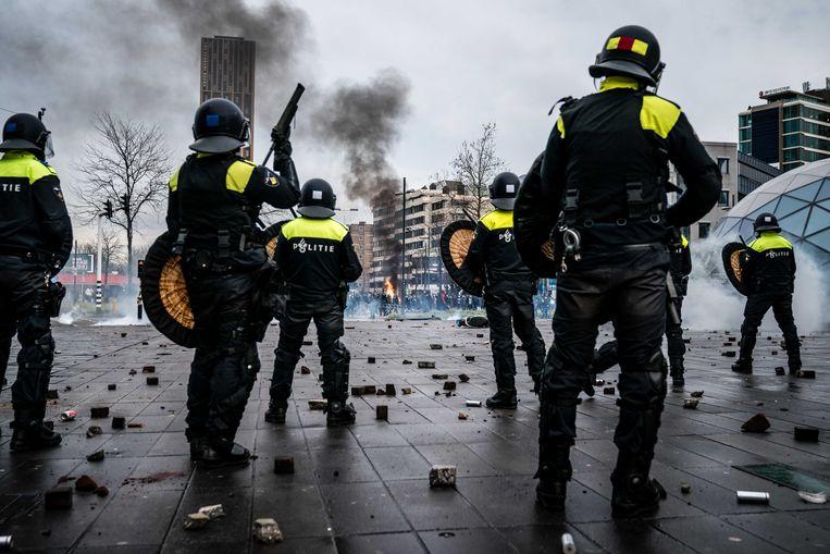 ME'ers op het 18 Septemberplein in Eindhoven, de zondag na de invoering van de avondklok op zaterdag 23 januari. Beeld ANP
