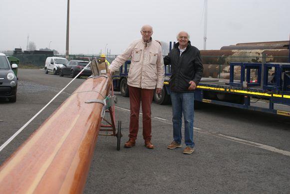 Piet en Staf Wittevrongel aan de 20 meter lange mast.