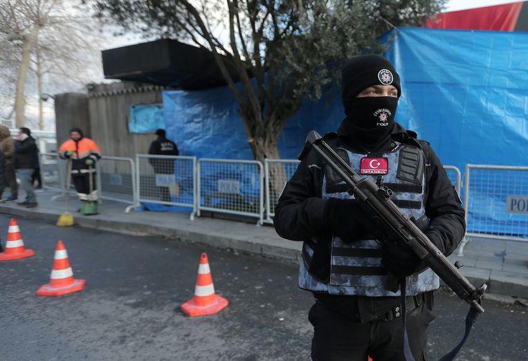 Turkse politieagenten voor nachtclub Reina. Beeld reuters