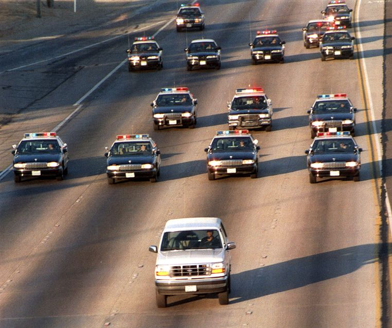 17 juni '94: miljoenen tv-kijkers zien hoe O.J.Simpson op de vlucht slaat, achternagezeten door een dozijn politiewagens. Beeld BELGAIMAGE