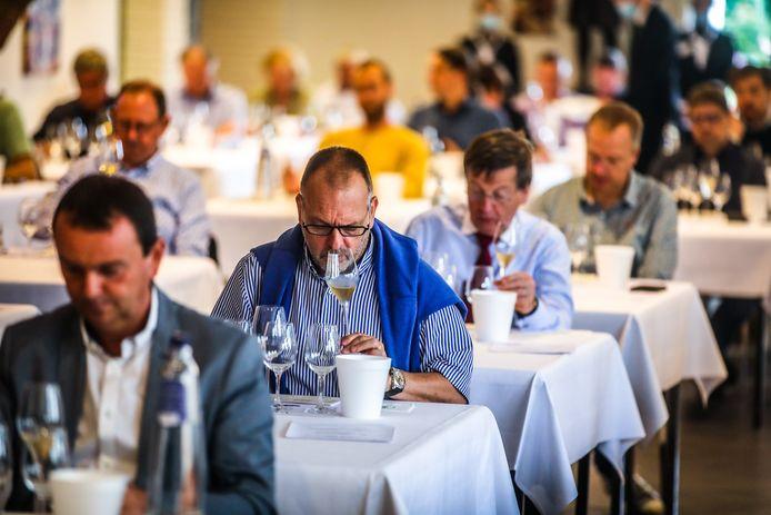 In Ter Groene Poorte in Brugge is een jury bezig met het bepalen wie de titel 'Beste Belgische Wijn' zal krijgen
