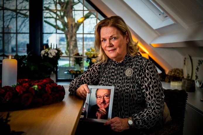 Margriet Wildtham met een foto van haar overleden man Herbert. ,,Hij was de allerliefste.''