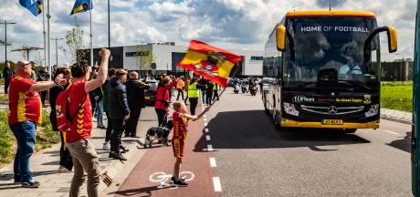 Selectie GA Eagles bij Van der Valk uitgezwaaid door honderden supporters: 'En nu maar duimen'