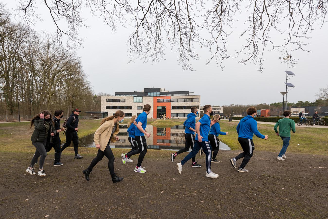 Bij Were Di in Valkenswaard vindt een sportchallenge plaats om naast aandacht voor bewegen, aandacht te hebben voor de saamhorigheid op school.