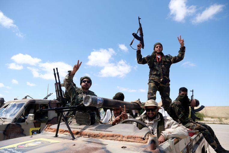 Leden van het Libische Nationale Leger (LNA) van veldmaarschalk Khalifa Haftar, onderweg van Benghazi naar Tripoli. Beeld REUTERS