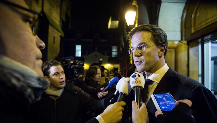 De premier stond vannacht rond 1.30 uur de pers te woord, na urenlang crisisberaad in het Torentje. Het overleg tussen de VVD-top en de PvdA-top gaat vandaag door. Beeld anp