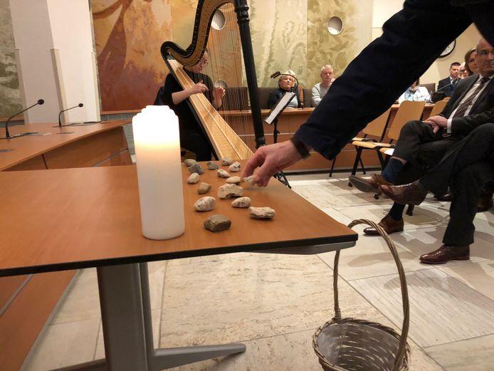 Traditie tijdens de Holocaust Memorial Day: steentjes leggen ter nagedachtenis aan alle Joodse slachtoffers. Dit jaar is de herdenking online.