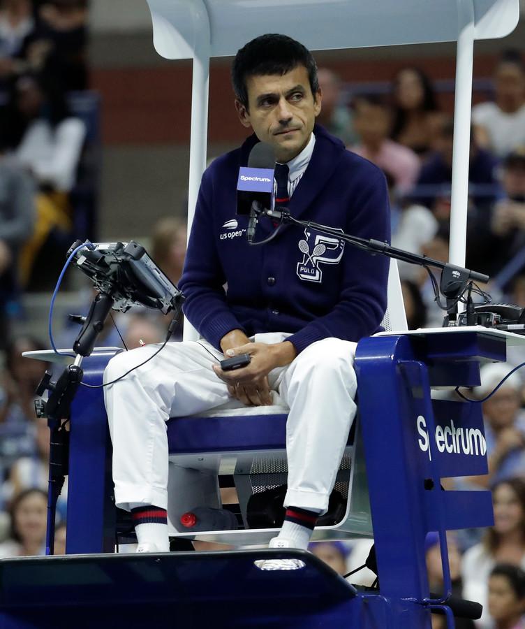 De Portugese umpire Carlos Ramos zaterdagavond tijdens de finale van de US Open tussen Naomi Osaka en Serena Williams.
