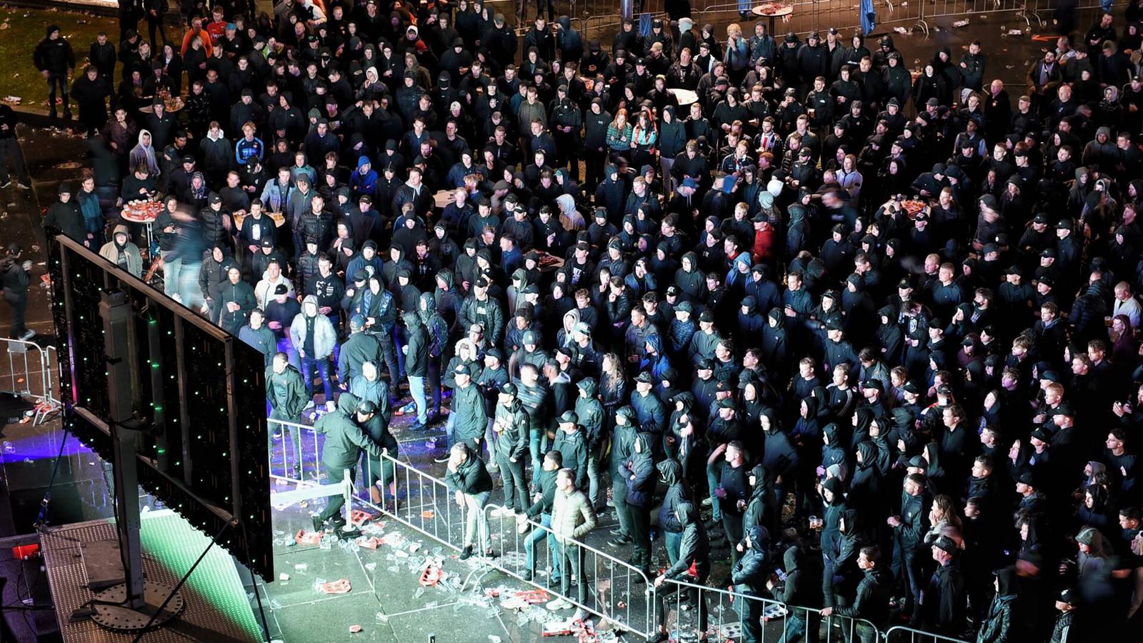 Supporters van Willem II kijken naar de wedstrijd tegen Glasgow Rangers in Tilburg.