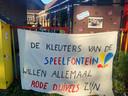 Een groot spandoek aan de poort van basisschool De Speelfontein