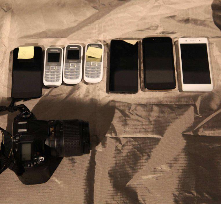 Behalve apparatuur om te kunnen hacken, vindt de MIVD heel veel telefoons.