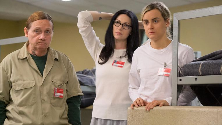 Orange Is the New Black -  SERIES (USA-2015) -  s04e11 -  People Persons -   caption: Dale Soules (Frieda Berlin), Laura Prepon (Alex Vause), Taylor Schilling (Piper Chapman) Beeld iMDb