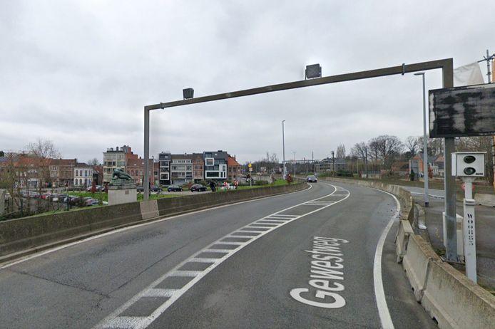 De bewuste flitspaal op de Scheldebrug in Temse.