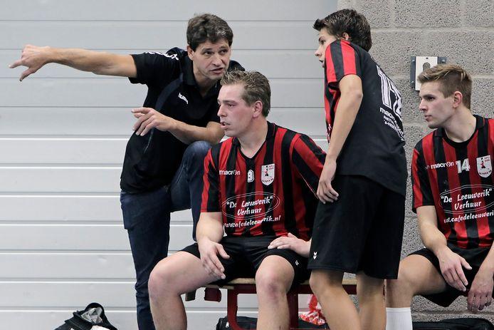 Coach Frans van Erp geeft aanwijzingen.