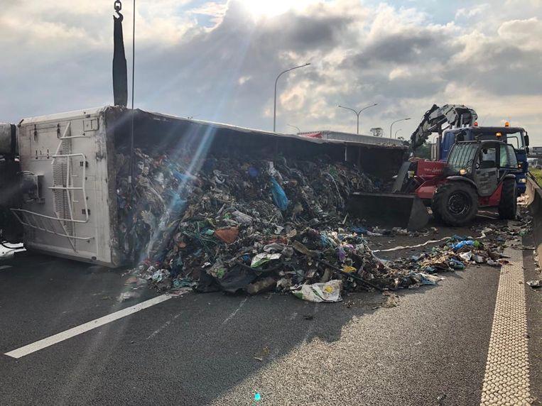 De gekantelde vrachtwagen was volgeladen met afval.
