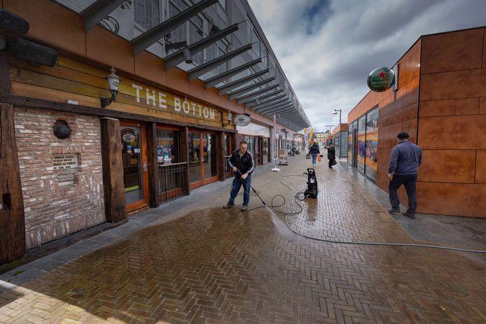 Uitgaanscafé The Bottom (links) ging eerder dit jaar failliet. De eigenaar van café Hero (rechts) neemt de horecagelegenheid nu over.