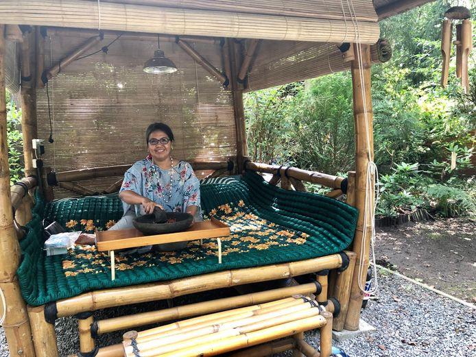Wahyu heeft een gubuk in haar tuin: een typisch Indonesisch hutje. Op heel zonnige dagen zoekt ze liefst de schaduw op.
