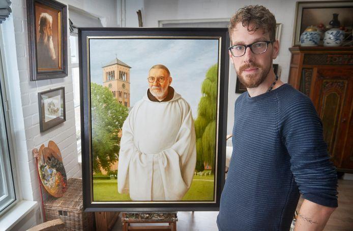 Kunstschilder Rick Duijs uit Ravenstein bij het schilderij van de abt van de Belgische abdij Westmalle.
