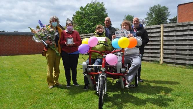 """Familie Meeusen schenkt elektrische duofiets aan De Vlotter: """"Hopelijk kunnen de begeleiders én hun cliënten flink van genieten"""""""