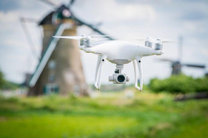 Een drone nabij de molens van Kinderdijk.