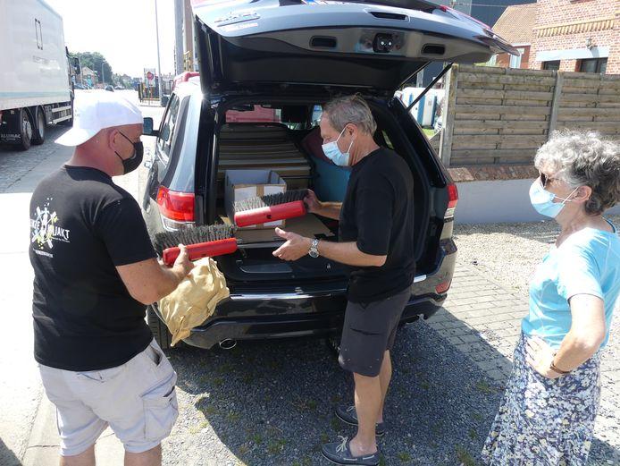 Jacky De Pauw en Lia Jacobs uit De Pinte komen ook spullen brengen.