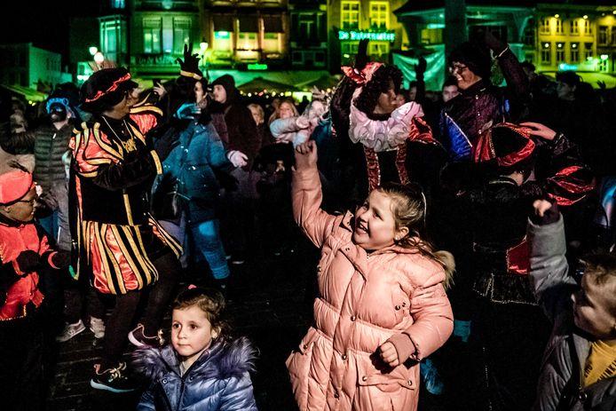 Aanhangers van actiegroep Pro Zwarte Piet demonstreren voor het behoud van de traditionele piet op de Markt in Den Bosch.
