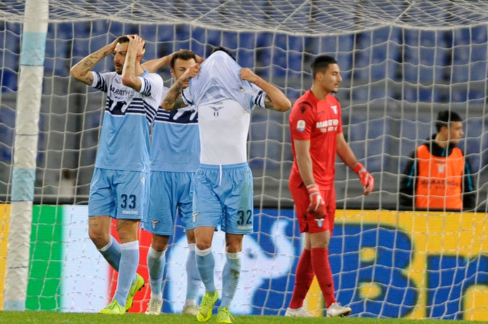 De spelers van Lazio zijn terneergeslagen  na de 2-2, ver in de blessuretijd