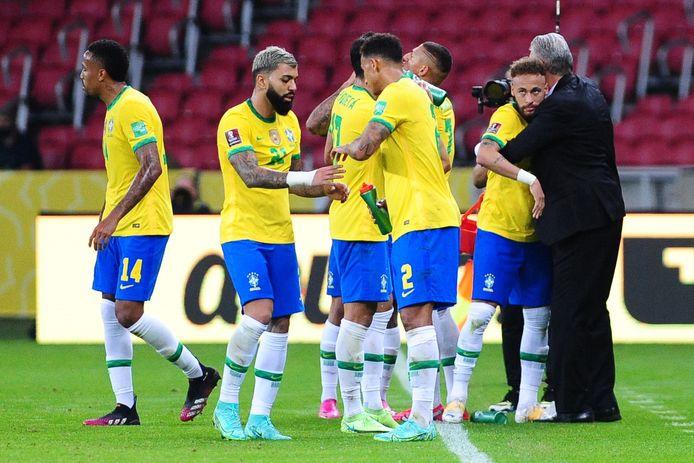 Brazilië viert een goal tegen Ecuador.