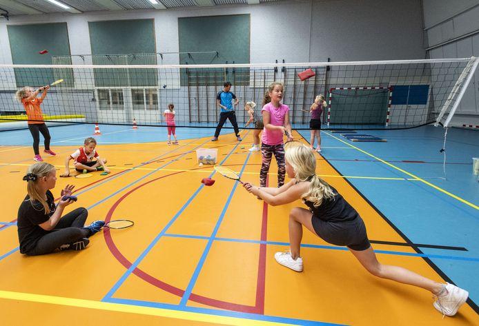 Geen strandweer helaas, maar badminton is ook leuk, ondervindt Naomie Ruiterkamp (rechts).