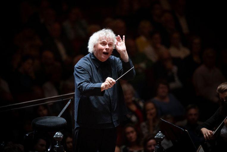 Sir Simon Rattle dirigeert het London Symphony Orchestra in het Concertgebouw Beeld Simon van Boxtel