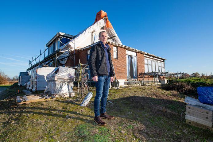 Gerrit van den Brink voor het huis aan de Oudedijk waar al vier jaar een bouwstop op rust.