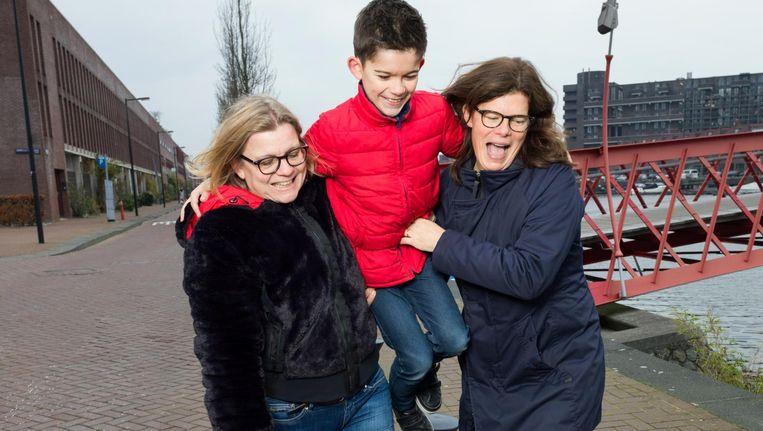 Monique ten Hagen (links) en Sepp. Coos Kouwenhoven (rechts): 'Ik ben de vrouw, Monique is meer de man. Zij doet het gamen, ik de kopjes thee' Beeld Ivo van der Bent
