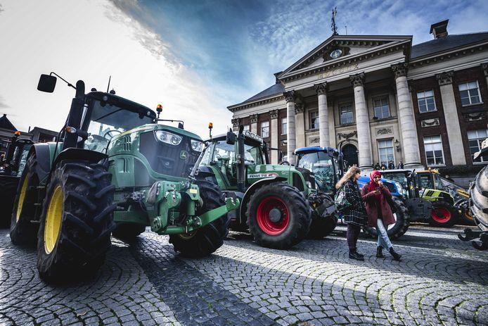 Boeren tijdens de protestactie tegen het stikstofbesluit bij het provinciehuis van Groningen.
