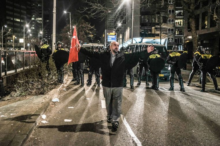 Opschudding bij het Turkse consulaat in Rotterdam in 2017 nadat Nederland de Turkse minister Fatma Kaya de toegang had geweigerd. Beeld Joris van Gennip
