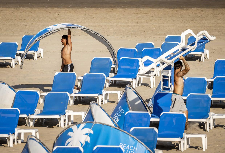 Strandzetels en windschermen worden alvast klaargezet in afwachting van de zomerse toeristenstroom. Beeld ANP