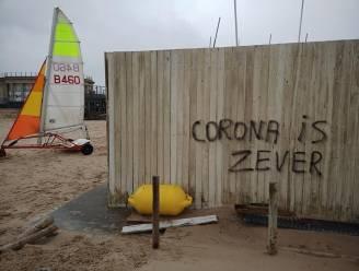 """""""Corona is zever"""": complotdenkers kalken hun ideeën op meerdere gebouwen in Oostende"""