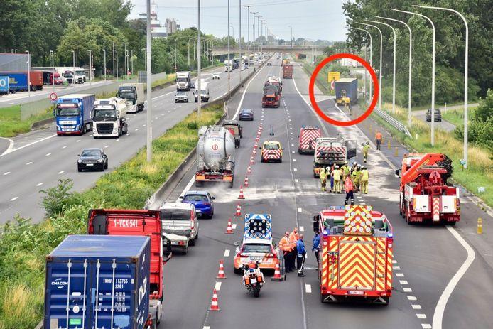 Het ongeval gebeurde net voor het parkeerterrein in Kruishoutem, in de richting van Antwerpen. De gestrande truck (rood omcirkeld) werd zo snel mogelijk weggehaald en aan de kant gezet.