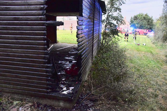 De brand woedde aan de achterzijde van een houten garage, op een grasperk langs de Dottenijsestraat in Bellegem.