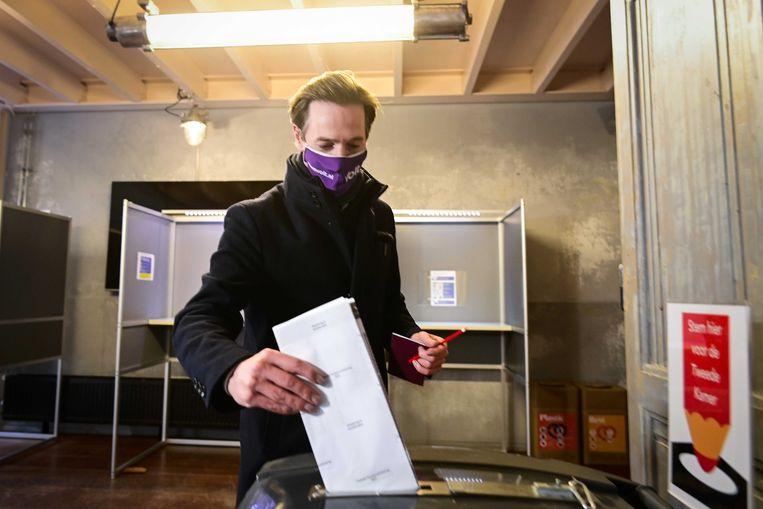 Lijsttrekker Laurens Dassen van Volt brengt zijn stem uit voor de Tweede Kamerverkiezingen in Theater de Krakeling. Beeld ANP / Olaf Kraak