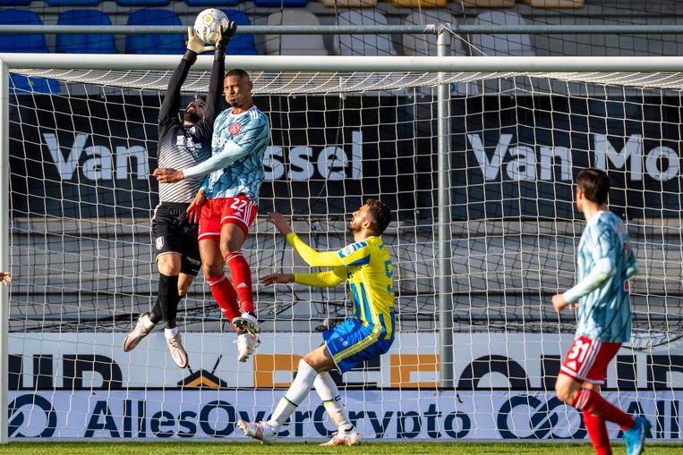 RKC doelman Kostas Lamprou in duel met Sébastien Haller van Ajax. Beeld Pro Shots / Marcel van Dorst