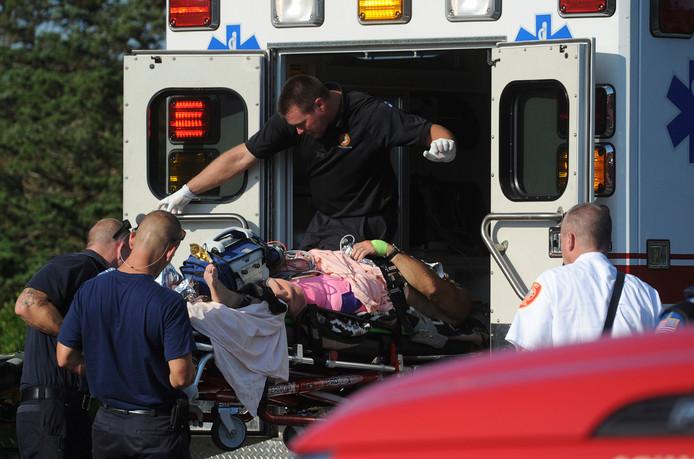 De man wordt na de aanval door de haai afgevoerd naar het ziekenhuis