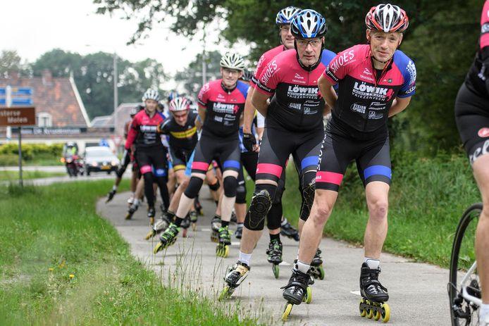 Leden van de Skeeler en Wielerclub Twenterand op pad tijdens een toertocht.
