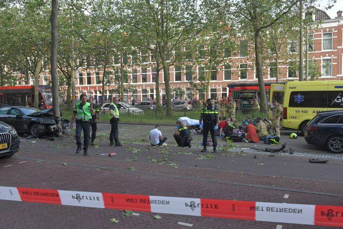 Veel schade en twee gewonden bij een ongeval op de Loosduinseweg.