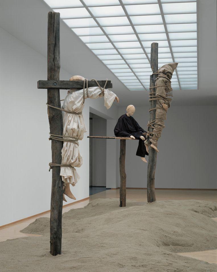 Paloma Varga Weisz, Galgenfeld, 2003-2004. De foto is gemaakt in 2004, toen de installatie stond opgesteld in Museum Kurhaus Kleve. Beeld TRBEELD