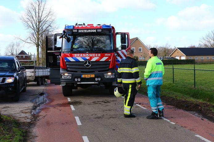 De brandweer hielp de bestuurder uit zijn benarde positie in de sloot.