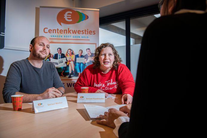 Maatschappelijk werker Gino Hartgers en sociaal raadsvrouw Desiree de Zwaan van  Stimenz in Apeldoorn - organisatie voor maatschappelijk werk - houden met Centenkwesties spreekuur voor iedereen die in geldnood verkeert.